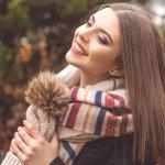 マフラーなどの防寒アイテムは、寒さを防ぐだけではなくダークトーンになりがちな寒い時期のファッションには欠かせません。特におしゃれに興味を持つ女子高校生にとっては強い味方です。こちらの記事では編集部がwebアンケートなどをもとに厳選した、若い世代に今人気のあるブランドをランキング形式でご紹介します!ぜひ、おしゃれで暖かいマフラーを見つけてください。