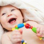 お友達や親戚に女の子の赤ちゃんが誕生!そんな時こんなプレゼントを持っていけばすぐに使えてとっても喜ばれますよ。赤ちゃんの生活のいろんなシーンにそっと寄り添える楽しくてかわいい玩具たちを厳選してご紹介していきます。新生児向けのおもちゃは長く使えないものが多いので、あえて2歳くらいから長く使えるおもちゃを選ぶのも良いです。参考にしてください。
