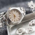 大切な女性へのプレゼントに、ハミルトンの時計はいかがでしょうか。  今回は、エルビス・プレスリーが愛用したことで有名なベンチュラや、上品な印象のアードモア、古き良き時代の良いところだけを受け継いだヴィンテージなど、それぞれの時計の人気の理由や選び方のポイント、予算、相場もまとめました。ハミルトンの時計を選ぶときの参考にしてください。