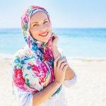 Berjilbab adalah kewajiban seorang wanita yang ditetapkan Tuhannya dalam agama Islam. Dahulu kala tidak banyak model jilbab yang dapat menunjang tampilan seorang wanita. Namun, saat ini lain cerita. Berbagai motif dan ragam jilbab semakin membuatmu fashionable dan nggak ketinggalan zaman. Salah satunya, jilbab dengan motif bunga ini. Yuk, langsung simak artikelnya.