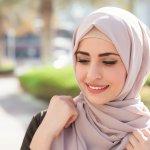 Tren hijab baik motif, warna, material, maupun style dari tahun ke tahun mengalami pergeseran. Jika kamu menyimak para hijaber di sosial media, tren gaya hijab mereka juga berubah. Untuk tahun 2018 ini, ada beberapa style hijab yang bisa kamu tiru. Apa saja? Simak ulasan dari BP-Guide ini mengenai tren hijab 2018 beserta rekomendasi yang bisa kamu beli di online store.