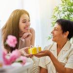 नीचे दिए गए पैराग्राफ में हमने आपको कुछ उपहारों के बारे में जानकारी दी है जो आप अपनी माँ को दे सकते हैं। हमने उपहार विकल्पों की एक सूची तैयार की है। यह जानने के लिए कि कौन सा उपहार आपकी माँ के लिए उपयुक्त है, पूरे पैराग्राफ को पढ़ें।