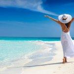 9 Rekomendasi Fashion Item Pantai untuk Liburan Lebih Seru dan Fashionable (2021)