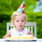 3歳の女の子に喜ばれる人気の誕生日プレゼントを【2020年最新版】のランキング形式で紹介しています。3歳の女の子は動きも活発になり、外で遊んだり、幼稚園や保育園で体を使って遊ぶ機会が多くなるので、三輪車やボールなど運動神経の発達をサポートできるようなものを贈ると喜ばれます。参考にしてください。
