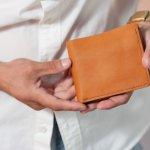 イルビゾンテには、上質な革を生かして作られたシンプルなメンズ財布が豊富です。エイジングを楽しめるため、革製品にこだわりのある男性からも好まれています。この記事では、そのなかでもとくに二つ折り財布と三つ折り財布に注目し、おすすめのシリーズをランキング形式でご紹介します。人気のアイテムの特徴や選び方も解説しているので、イルビゾンテの財布を購入する際は参考にしてください。