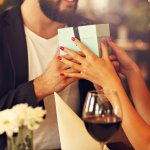 Buat Perayaan Ulang Tahun Pernikahan ke-25 Lebih Bermakna dengan 10 Rekomendasi Kado Ini (2020)
