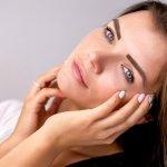 Usai beraktivitas biasanya kita terlalu lelah untuk membersihkan wajah. Padahal ini adalah langkah penting untuk mencegah aneka masalah kulit muncul. Nah, buat kamu yang ogah ribet, gunakan saja cleansing water yang praktis untuk wajahmu. Cek segera rekomendasi BP-Guide ya!