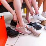 Semua orang tentunya ingin tampil menarik walaupun hal tersebut sering tak sejalan dengan barang yang harganya mahal. Sneakers yang merupakan salah satu item fesyen utama juga tak lepas dari hal tersebut. Meski begitu, ada lho beberapa produsen yang menawarkan sneakers berharga rendah namun dengan mutu tinggi. Simak yuk beberapa rekomendasi sneakers berikut yang dijamin nggak akan membuat dompet Anda jebol.