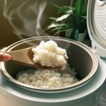 Cooking rice may seem like a small and trivial task, but it can become quite tricky to cook perfect rice every day, especially if you have a hectic routine and have to cook your meals in a hurry. Rice cookers can prove to be a blessing for you. It not only gives perfect rice every time but also keeps them warm and non-sticky for a long time. Here are some amazing options for cooking rice for a small family of 3-4 people: