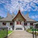 Padang merupakan kota yang patut Anda kunjungi ketika berlibur di wilayah Sumatera Barat. Tak cuma soal legenda Malin Kundang, tetapi Padang juga punya berbagai objek wisata yang sangat sayang untuk dilewatkan. Kalau belum pernah ke Padang, simak uraian tentang sejumlah objek wisata di sana yang pasti membuat Anda tertarik.