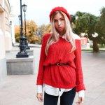 """Ada satu momen di mana mungkin kamu kebingungan memilih pakaian. Padahal kamu ingin terlihat """"wah"""" dan percaya diri. Saat itu tiba, pilih saja outfit berwarna merah. Dijamin gayamu semakin menawan dan kamu pun menjadi percaya diri. Kamu bisa tampil kece dengan memakai sweater berwarna merah yang rekomendasinya ada dalam artikel ini."""