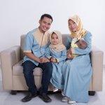 Punya baju kembaran dengan keluarga adalah hal yang wajib. Baju kembaran ini bisa dipakai untuk foto keluarga atau menghadiri acara-acara resmi. Simak inspirasi baju keluarga para artis dari BP-Guide berikut ini. Wajib kamu tiru, lho!