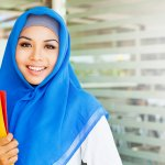 Mengenakan jilbab menjadi sebuah kewajiban bagi setiap wanita muslim dewasa. Bahkan di masa kanak-kanak pun mereka sudah mulai dibiasakan mengenakan jilbab. Karena itulah hadir jilbab rawis yang simpel dan enggak ribet.