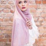 Saat ini, kaum muslimah semakin bebas mengekspresikan gayanya tampil dengan hijab. Jika tidak punya ide, tiru saja gaya para selebriti yang piawai memadukan hijab dengan pakaian lainnya. Dengan begitu, penampilan tetap modis namun sopan.