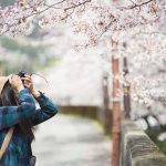 Traveling jadi kegiatan yang paling ditunggu-tunggu. Apalagi jika jatah cuti kamu selama setahun ini belum pernah digunakan dan tabunganmu sudah mencukupi untuk liburan sejenak di Jepang. Eits, tapi kamu perlu tahu lho pakaian apa saja yang bisa kamu kenakan di sana selama musim semi di Jepang. Jangan sampai salah kostum pokoknya!