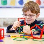 知育玩具は、遊びを通してお子様の知的能力や様々な感性を養うことができるアイテムです。今回は、小学生のお子様におすすめの知育玩具を12個厳選し、【2019年 最新版】としてご紹介していきます。知育玩具が人気の理由や、選び方、予算についても解説しますので、ぜひプレゼント選びの参考にしてください。