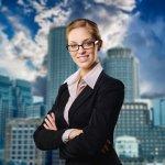 Berangkat kerja ke kantor menggunakan setelan blazer sudah umum bagi sebagian orang. Biasanya, blazer hitam sedikit memberikan kesan kaku pada penampilan. Tapi dengan lebih kreatif memadukannya, Anda bisa mendapatkan penampilan yang chic sehingga bisa meningkatkan kepercayaan diri.