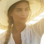 Topi pantai tidak cuma digunakan untuk menghalangi sinar matahari yang terik namun juga menjadi fashion item pelengkap saat kamu berekreasi ke pantai. Untuk para wanita, pasti mau kan berlibur sambil tetap berpakaian modis namun tidak saltum? Nah, topi pantai ini jelas akan membuat liburanmu makin sip!