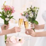 一生に一度の結婚式には、新婦や招待客の心に響く温かみがあふれた素敵なメッセージが喜ばれます。マナーやポイントを押さえて、幸せいっぱいな新婦に喜んでもらえる素敵なメッセージを贈ってくださいね。