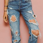 Celana sobek kini sudah menjadi bagian dari tren di dunia fashion. Terutama celana jeans yang serat robekannya bisa membentuk pola yang menarik. Celana sobek justru membuat tampilan lebih berbeda.