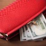 お札を折らずに入れられる長財布は、運気も良くなると言われており、特に大人の女性に人気です。中でもがま口の長財布なら、オーソドックスな長財布よりも個性を活かせ、開閉のしやすさなど機能性も高まります。今回は、女性に人気のポールスミスやダコタ、アナスイなどのがま口長財布をランキング形式でまとめました。カジュアルファッションを好む方にはシンプルなアイテムを選ぶなど、プレゼントを選ぶ際の気配りができるとワンランク上のプレゼントになります。ぜひ参考にしてください。