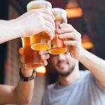 お酒好きの男性にとって毎日の晩酌の時間は、仕事の疲れやストレスから解放される至福のひとときです。ひとりでゆっくり楽しめるお酒、またはふたりや大勢でワイワイと乾杯するお祝いのお酒など、相手のお酒の楽しみ方によってプレゼントする種類を選びましょう。 酒器によっても気分や味が変わるので、お酒と一緒に贈るとさらに喜びを増すプレゼントになりますよ。