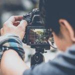 Aktivitas fotografi tentu membutuhkan kamera sebagai perangkat utamanya. Demi menunjang kenyamanan dan hasil fotografi, ada beberapa aksesori kamera yang patut dimiliki. Berikut adalah 10 aksesori kamera paling direkomendasikan untuk menunjang aktivitas fotografi Anda.