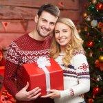 妻に喜ばれる人気のクリスマスプレゼント10アイテムを、【2017年度最新版】ランキング形式で紹介いたします。  また、奥様がプレゼントに貰って嬉しいクリスマスプレゼントといえば、ネックレスやバッグ、マフラーなどの身の回りのものから、普段使う家電などがあげられますが、奥様に喜んでもらえるプレゼントの選び方のポイントや予算・相場などをわかりやすくまとめました。ぜひ素敵なプレゼント選びにご活用ください!