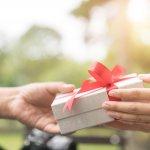 Memilih hadiah yang berkesan untuk orang terdekat memang gampang-gampang susah. Sebelum memilih pastikan kamu mengetahui hadiah yang pantang diberikan pada orang terdekat, ya. Simak liputan berikut dari BP-Guide.