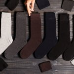 Sepatu yang dikenakan setiap hari untuk bekerja tidak bisa dipisahkan dari kaos kaki. Kaos kaki akan membuat kaki tetap nyaman di dalam sepatu. Untuk bekerja, kaos kaki yang digunakan tidak bisa asal pilih, lho! Perhatikanlah motif, warna, dan material kaos kaki sebelum membeli.