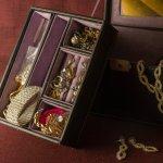 Perhiasan harus dirawat dan disimpan dengan baik agar bisa dipakai dalam waktu lama. Untuk menyimpannya, Anda tentu butuh kotak perhiasan. Nah, berikut BP-Guide merekomendasikan kotak perhiasan yang indah untuk menyimpan perhiasan Anda.