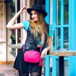 Mau bergaya modis tanpa ribet? Gunakan saja tas berukuran kecil. Kamu bisa meniru gaya para artis yang memakai tas mini ini sebagai inspirasi. Jika sudah mendapatkan inspirasi, pilih rekomendasi produk tas sesuai untuk kamu dalam artikel ini.