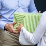 """Nhà bạn trai mừng tiệc tân gia, bạn nên chuẩn bị quà gì để thể hiện sự chu đáo và tinh tế của mình? Một món quà ý nghĩa, phù hợp với gia đình bạn trai sẽ giúp bạn """"ghi điểm"""" trong mắt họ đấy! Bài viết dưới đây sẽ giúp bạn với danh sách 10 món quà tân gia nhà bạn trai ý nghĩa và tinh tế nhất, hãy tham khảo ngay nhé."""