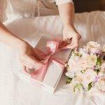 Kado pernikahan yang berkesan bisa berupa apapun, tak terbatas benda, apalagi uang. Jadi, kalau kamu bingung memilihnya, tak perlu khawatir. Ini dia 10 kado pernikahan yang berkesan yang udah BP-Guide rangkum untuk kamu!