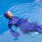 Muslimah bisa berenang dengan nyaman memakai baju renang yang tepat. Untuk itu, kamu wajib tahu baju renang yang pas dan cocok untukmu. Pilih baju renangmu dengan tips dari kami. Jangan lupa juga cek rekomendasi produknya, ya.