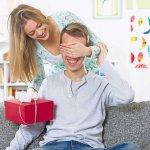एक उपहार खरीदना आपके पति को रोमांचित अवश्य करेगा , बसर्ते आपका उपहार सक्षम हो,जो काफी मुश्किल है ,जब आप कोई उपहार खरीदने के लिए धन खर्च करतें हैं तो आप की आशा होती है की पति  के लिए कुछ अच्छा हो,जो उपयोगी भी हो यही कोशिश करते हैं जिसके पास सब कुछ है, तो आप उसे क्या दे सकते हैं? इसमें कुछ समय लगा लेकिन इस लेख में आपके लिए कुछ अनोखे, रोचक और विचित्र उपहारों की सूचि तैयार की गयी है जिन्हे खरीदकर आप अपने अमीर पति को प्रभावित कर सकते हैं।