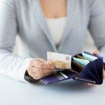 日々の生活にかかせない財布を選ぶなら、使い勝手が良くシックな印象を添える長財布がおすすめです。編集部がwebアンケート調査をもとに、レディース長財布の人気ブランド情報を厳選してランキング形式でまとめました。定番人気だけでなく、今注目を集めている通販で人気のブランド情報も紹介しているので、ぜひ参考にして気に入るものを見つけてください。