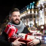 社会人の彼氏・旦那・男友達にクリスマスプレゼントを贈るときの選び方のポイントは?相場は?これらの疑問を徹底調査してまとめました。さらに社会人の彼氏・旦那・男友達がもらって嬉しい男性向けクリスマスプレゼントを【2019年度版】ランキング形式で紹介させていただきますので、是非参考にしてください。