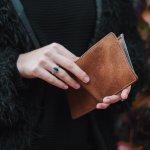 毎日使う財布を購入するときには、デザイン性だけでなく使い勝手や耐久性、ブランド力など、チェックしたいポイントがたくさんあります。今回は、編集部がアンケートの結果などをもとに選んだ財布に関するランキングを発表します。定番人気や通販で人気のアイテム、プレゼント向きのものなど、50代女性におすすめしたいレディース財布を扱うブランドを徹底解説するので、ぜひ参考にしてください。