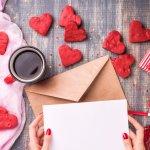 最近では、職場における女性からの挨拶にもなっているのがバレンタインというイベントです。こちらでは、職場やバイト先をイメージした、バレンタインに贈るメッセージの書き方を紹介しています。相手に伝えたい気持ちごとの、実際に使える文例も載せているので、良いメッセージ作りの参考にしてみてくださいね。