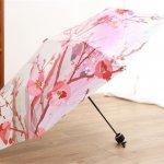 実は、傘はなかなか自分で吟味して買う機会が少なく、もらうと嬉しいアイテムです。そのため、人気の花柄の傘「2020年最新情報」では、様々な女性のニーズを満たす傘をピックアップしました。開くと内側に花柄が広がるタイプや、濡れることで柄が浮き出るタイプなど、かわいくて機能性にも優れている傘が沢山あるので、ぜひ大切な人へ贈ってみてください。