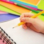 卒園や入学のお祝いに名入れ鉛筆を贈るととても喜ばれます。喜ばれる理由や人気の鉛筆、選び方など名入れ鉛筆のプレゼントを購入の際に押さえておきたいポイントをご紹介します。定番はやはり六角軸のものですが、最近は三角軸が持ちやすく鉛筆の正しい持ち方の練習にもなるということで人気があります。ぜひ参考にしてください。