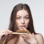 बालों के झड़ना कोई समस्या नहीं है,लेकिन यदि यह पुनः विकसित नहीं होते है या समान्य से अधिक झड़ रहे होते है,तो यह एक समस्या है। इसीलिए, अब यह प्रश्न जन्म लेता है,कि बालों का कितना झड़ना समान्य है?यदि आप देखते कि तकिया बालों से भरा हुआ है या हल्का खींचने से ही बाल झड़ते है,तो आप निश्चित तौर पर बालों के झड़ने की समस्या का सामना कर रहे है। यहां इस लेख में अत्यधिक बालों के झड़ने के कारण और उसका समाधान बताया गया गया है।