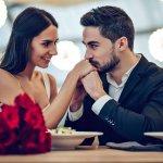 उपहार खरीदें और उसके साथ एक हार्दिक नोट जोड़ें और उस विशेष उपहार को चुनने का कारण जोड़ना न भूलें। उन चीजों का उल्लेख करें जो आपको अपने पति के बारे में पसंद हैं। अपनी भावनाओं के बारे में बात करना आपकी शादी की पहली रात को शुरू करने का सबसे अच्छा तरीका हो सकता है।आपने जो भी उपहार चुना है, उसे पूरे प्यार के साथ दें और अपने पति को उपहार पेश करके एक रोमांटिक रात बनाएं।