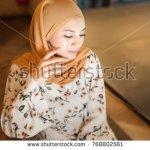Hari lebaran akan disambut dengan suka cita oleh semua umat Islam. Untuk menambah kegembiraan ini, coba kenakan busana yang bertema floral atau bunga. Bentuk bunga yang indah dan beraneka warna akan memberikan kesan   ceria. Inilah sejumlah inspirasi busana bertema bunga untuk Anda.