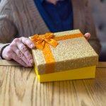 90代の女性が誕生日にもらって喜ぶ贈り物をお探しの方に、2018年最新のおすすめプレゼントランキングをご紹介します。杖やひざ掛けといった実用的なものもあれば、和菓子のような食べ物まで、年齢に配慮しつつも喜ばれるポイントを押さえた商品が揃っています。ぜひ誕生日プレゼント選びの参考にしてください。