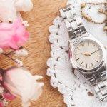 今やアクセサリー代わりともいえる腕時計はいくつ持っていても困ることがありません。腕時計一つで、身に着けた女性自身を時に華やかに時に落ち着いた大人の女性に演出してくれる、プレゼントされると嬉しいアイテムです。  今回は、上品さ、華やかさそしてトレンド感を併せ持ちながらも比較的購入しやすい価格で人気急上昇中の、マイケルコースのレディース腕時計から、プレゼントにおすすめのアイテムをご紹介します。また、マイケルコースのレディース腕時計の相手に合わせた選び方や相場もまとめましたので、ぜひ参考にしてください。