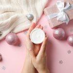 リッチな使い心地や、優雅な香りが楽しめる上質なハンドクリームは、彼女へのクリスマスプレゼントにおすすめです。今回は、webアンケートの結果などをもとに編集部が厳選したハンドクリームを扱うブランドをランキング形式でご紹介します。人気ブランドの魅力やおすすめのポイントなど、プレゼント選びに役立つ情報が満載ですので、ぜひ最後までチェックしてください。