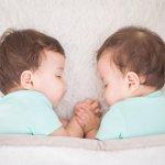 双子の赤ちゃんに贈る人気の出産祝いを【2020年最新版】のランキング形式でご紹介します。2人の新しい命に幸せも2倍のママに喜んでもらえるプレゼントを選ぶ参考にしてください。 プレゼントに添えるお祝いメッセージ文例や気になる予算も合わせてご紹介します。