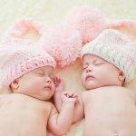 Kelahiran seorang bayi biasanya disambut dengan beragam bingkisan hadiah. Jika si ibu melahirkan bayi kembar, maka kadonya juga bisa menyesuaikan, ya. Daripada bingung memilih kado yang tepat, sebaiknya simak beberapa rekomendasi berikut ini.